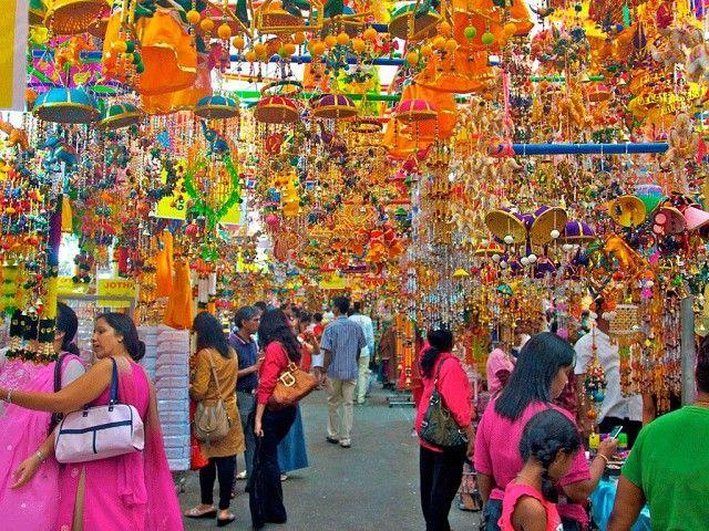 Маленькая Индия - как следует из названия - это центр индийской общины в Сингапуре. На первых этажах своих домов сингапурские индийцы открывают небольшие магазинчики, лавочки и кафе с национальной индийской кухней. Где, как ни здесь, можно купить индийские специи, пестрые индийские ткани, разнообразные изделия из золота и серебра и попробовать экзотические блюда индийской кухни, приготовленные самими индийцами.
