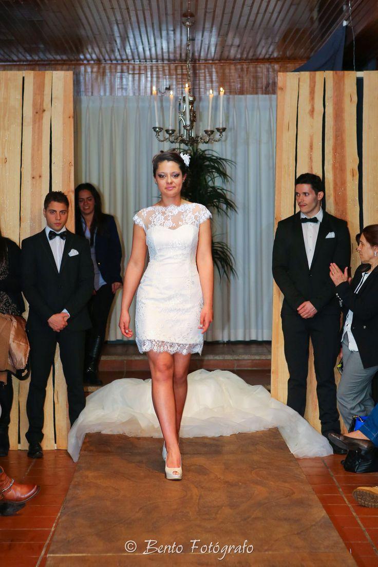 Vestido de noiva estilo princesa trabalhado em renda e tull. O cinto em pedraria e a saia de sair de modo a ficar num vestido curto. Tipo 2 em 1