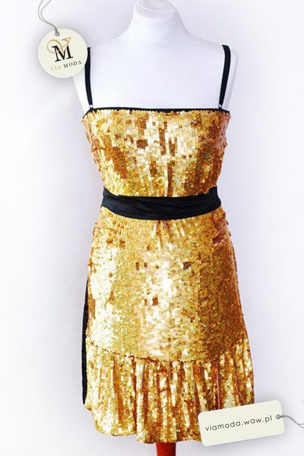 Elegancka, wieczorowa sukienka D Z przodu aplikacja ze złotych cekinów. Tył klasyczny, czarny. Sukienka przepasana atłasowym paskiem.