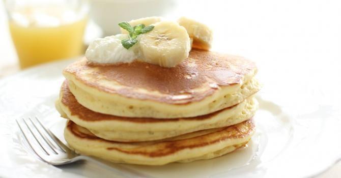 Recette de Pancake de banane allégé spécial petit déjeuner. Facile et rapide à réaliser, goûteuse et diététique. Ingrédients, préparation et recettes associées.