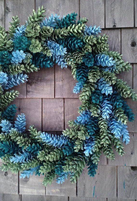 Vyrobte si nádherné vence zo šišiek. Sú skvelým doplnkom ku vianočnej výzdobe. S týmito nápadmi budete vedieť šišky kombinovať do rôznych farieb a tvarov. Veniec môžete...