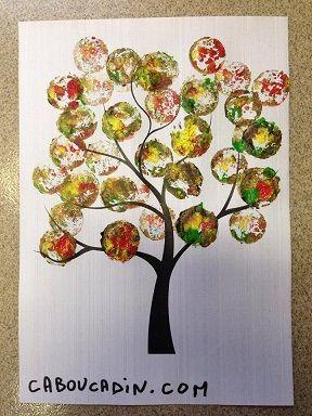 un arbre d'automne avec des empreintes réalisées avec des bouchons de liège #bricolage #arbre #automne #bouchon #liège #peinture #caboucadin