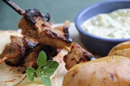 Brochettes de porc Souvlaki sauce tzatziki pommes de terre au citron : la recette facile