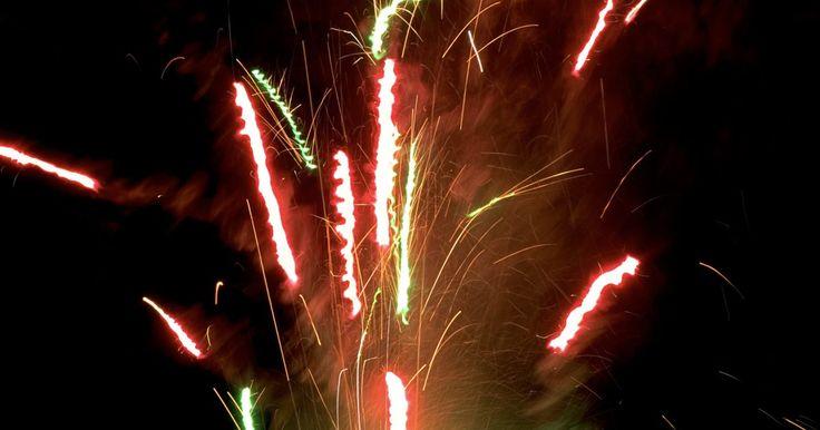 ¿Qué fuegos artificiales son los más peligrosos?. Colocar fuegos artificiales es una forma divertida de celebrar el día de independencia o el año nuevo. Aún así, precauciones deben ser tomadas cuando se usen los fuegos artificiales ya que pueden causar heridas y quemaduras. Siempre supervisa a los niños alrededor de los fuegos artificiales para evitar que se acerquen mucho.