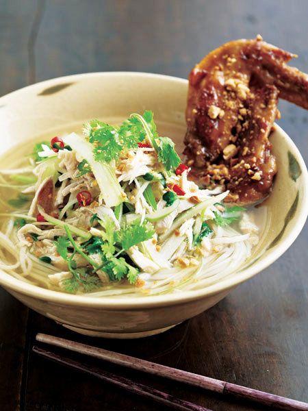 鶏胸肉と鶏手羽先でスープをとったら、あとは具材としても楽しむフォー♪
