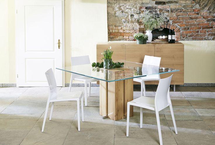 Alria mit Polycarbonat Stühlen als sehr moderne Variante. Die Stühle gibt es übrigens in jeder RAL Farbe!