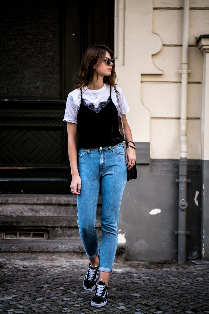 It's time for another spring outfit and it is a casual spring outfit. I combined a mom jeans with a white tee and a lace cami, wanna see the details? Here.