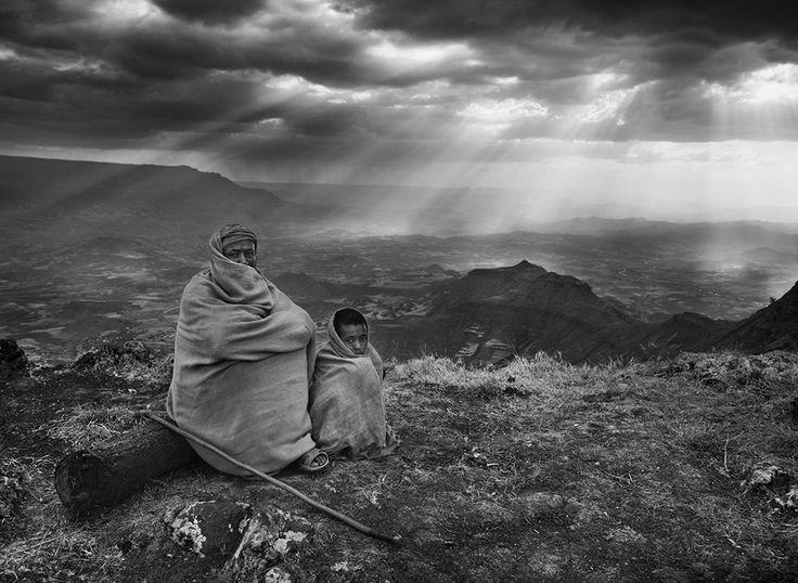 Sebastião Salgado / Gênesis  Viagem pelo Antigo Testamento Etiópia Pessoas que vivem neste vale têm uma vida muito semelhante às de seus antepassados nos tempos bíblicos. 2008.