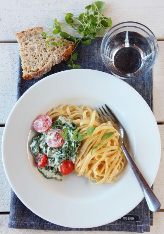 Pasta med ricotta, spinat og tomat