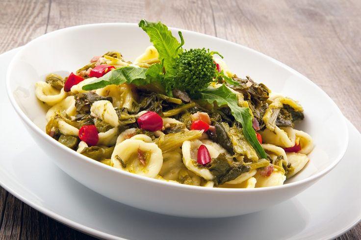 Le orecchiette con le cime di rapa sono una ricetta tradizionale della mia amata Puglia. Un primo piatto dai sapori semplici,adatto anche ai vegetariani. I pochi ingredienti con cui viene preparato, fanno sì che il formato di pasta sia il protagonista indiscusso del piatto.    Ricordo ancorala
