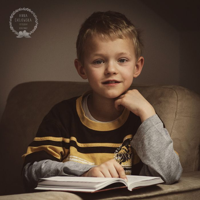Reading boy. Anna Chojowska-Szymańska. Children & Family Photography. Krakow.