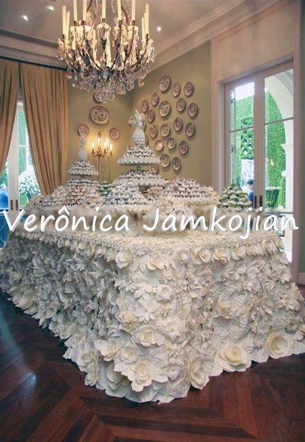 Toalha de flores em origami que fiz para a mesa de doces em um casamento.