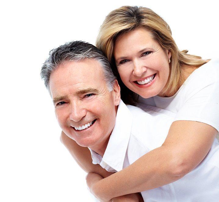 Leczenie implantologiczne jest minimalnie inwazyjne. Sąsiednie zdrowe zęby pozostają nienaruszone. W przeciwieństwie do tradycyjnych mostów, nie ma potrzeby szlifowania sąsiadujących własnych zębów. Implanty pozwalają na zachowanie naturalnej kości i minimalizują jej utratę dzięki stymulacji tkanki kostnej, co stanowi jedną z ich największych zalet.