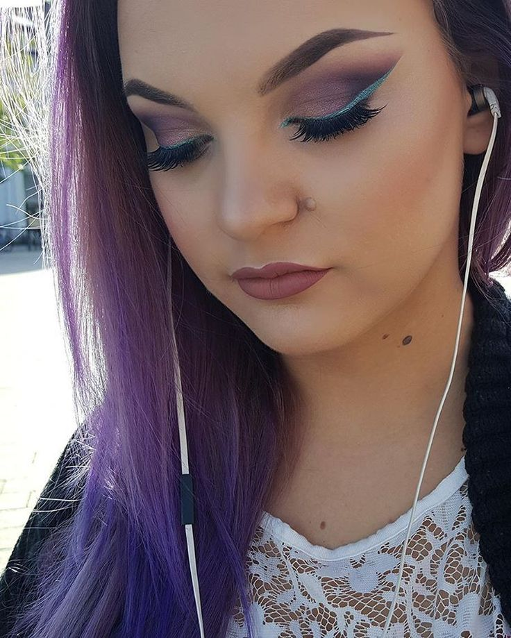 Purple hair and blue liner 😍 #violetthair Foundation- @maccosmetics #studiofixfluid  Consealer- @nyxcosmetics #HDconsealer Brows- @anastasiabeverlyhills #dipbron in 'chockolate' Eyes- @sleekmakeup #idevine #enchantedforest  @inglotnorge #pigment #no253 #eyeshadow #no449  Liner- @makeupstore (I dont remember the name haha) Lips-@thebalm_cosmetics #meetmattehughes #liquidlipstick @maccosmetics #velvetteddy  Contour- @thebalm_cosmetics #bahamamama  Blush- HM blush in 'pink coral' Highlight…
