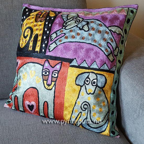 Pynteputa - Katt Med Tre Hunder. Putetrekket er brodert med kjedesting og har et tøft og stilig design med et fargerikt, abstrakt kattemotiv. Det abstrakte uttrykket og bruken av spennende farger skaper en spennende detalj i interiøret ditt. Fargene i denne puten er sort, rød, lilla og gull, med elementer i rosa, lys grønn, lys blå og hvit. Fra nettbutikken www.pynteputa.no #pyntepute #pynteputer #pynteputa #farger