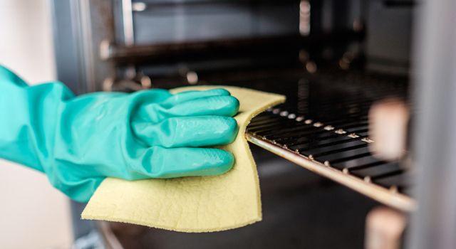 S'il y a un produit électroménager pénible à nettoyer c'est bien le four ! Les produits vendus en magasins sont efficaces, mais très toxiques. Voici donc une astuce de grand-mère efficace, naturelle et économique...