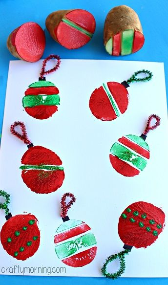 Impressão de bolas de Natal com batatas! Potato Stamping Craft: Christmas Ornament Bulbs - Crafty Morning