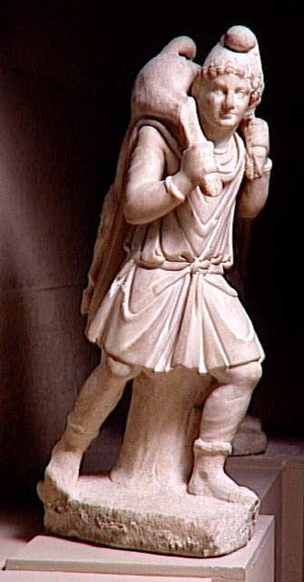 Le sauveur et berger, Mithra, portant le jeune taureau(veau).. L'allégorie figure le passage du taureau au bélier.Le sauveur suivant qui passera du bélier au poisson portera un agneau.