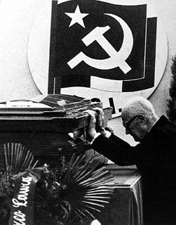 Sandro Pertini rende omaggio al feretro di Enrico Berlinguer.