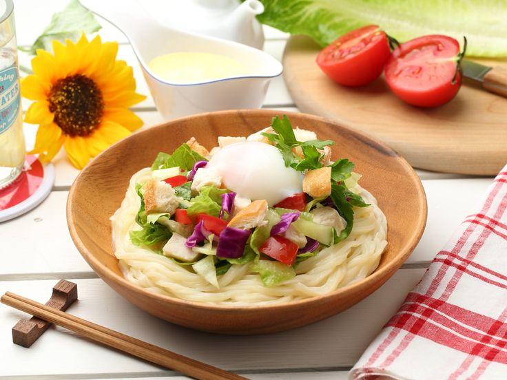 野菜やチキンなどの具材を細かくカットした、ニューヨーク発の「チョップドサラダ」が話題です。そこに、細くてつややかな『稲庭風細うどん』を合わせ、一皿で大満足の一品に仕上げました。シーザーサラダ風ドレッシングは、食欲をそそるカレー風味に仕上げています!