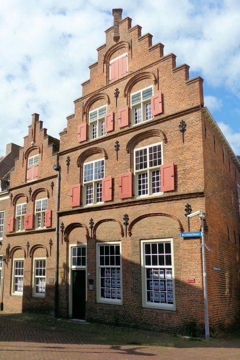 Op de hoek van de Achterstraat is De Fonteyn, een huis uit het begin van de 16e…