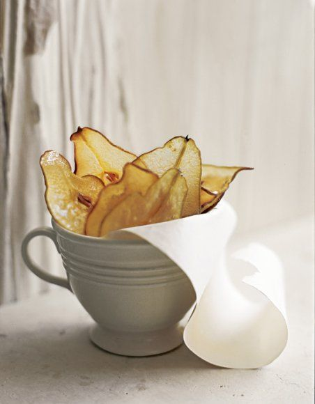 """Se sušičkou a škrabkou na sýr (nebo kvalitním nožem a šikovnou rukou) vykouzlíte z hrušek výborné sladké a tenké křížaly, či spíše """"chipsy"""". Lze je připravovat i v troubě a ochutit skořicí."""