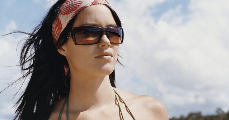 Cómo identificar gafas de sol de diseñador falsas . Las marcas de diseñador, como Gucci, Chanel, Prada y Fendi, fabrican gafas de sol de alta gama. Estos accesorios de moda a menudo se venden por varios cientos de dólares. Como resultado, no es sorprendente que existan muchas réplicas de gafas de sol de diseñador en el mercado de hoy en día. Si estás comprando gafas de diseñador, mantente pendiente ...