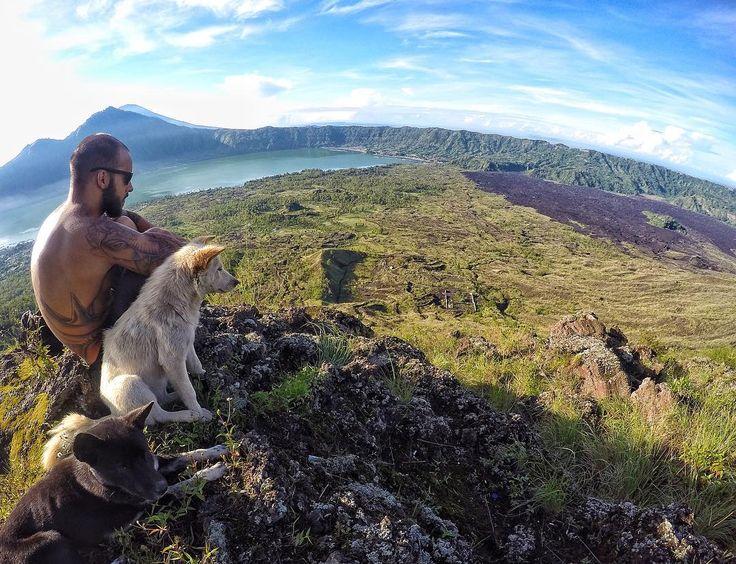 Tem coisa melhor do que um café da manha à beira de um vulcão assistindo um nascer do sol deslumbrante e na melhor companhia? Vulcão ativo Mount Batur ponto mais alto de Bali Indonesia. Experiência incrível e inesquecível!  #rotinasemrotina by rotinasemrotina