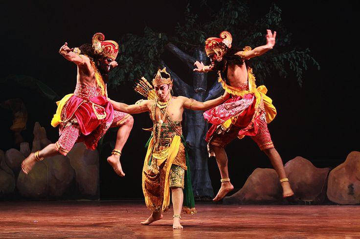 Arjuna fights off evil Cakils in a Perang Kembang scene.