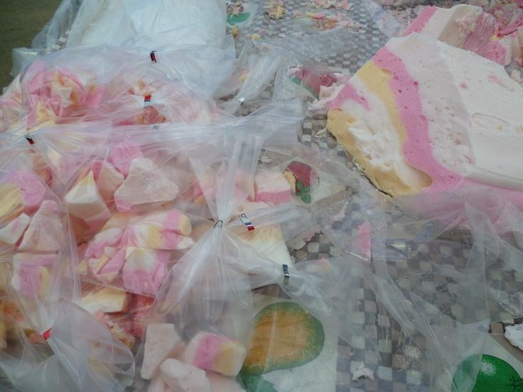 Afuera del Alejo Barrios - Turrón, antiguo y tradicional: azúcar, azúcar, azúcar y escencias de sabor y color. Variedad Dieciochera http://www.demirar.cl/2012/09/variedad-dieciochera/