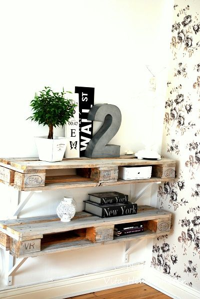 Pallet transformed into shelving. Via Swedish Vita Hemligheter.