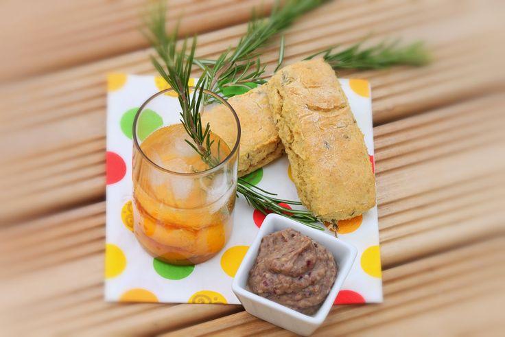 Apéritif d'un brésilien en Provence (petits pains de maïs au thym, tartinade de haricots rouge et aubergines et cocktail de cachaça pêches et romarin)