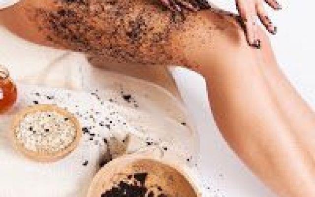 Scrub al caffè economica fatto in casa facile da preparare: per viso e corpo. Preparare uno scrub che sia naturale ed economico non è mai stato così semplice: scopri la ricetta d scrubs corpo scrub naturale scrub