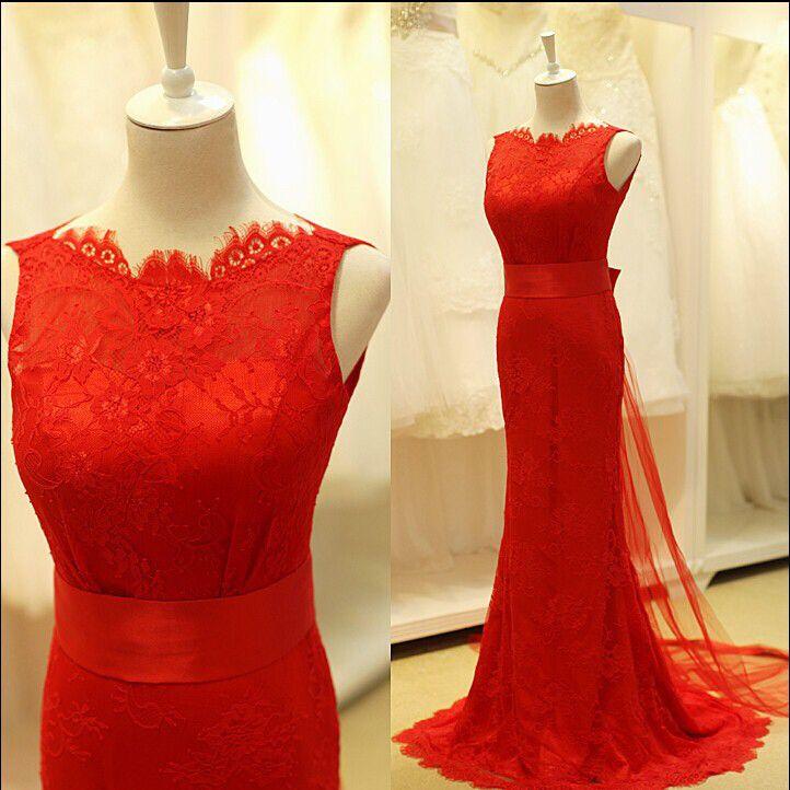 Prachtige rode bruidsjurk van kant met chiffon sleep. Voorkant.