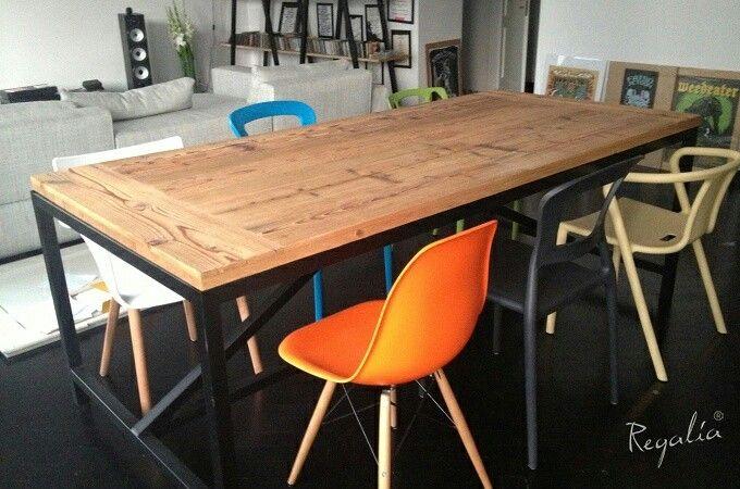 Nasz stół, w którym blat ze starego drewna oparty jest na konstrukcji z profili z odzysku :). Każdy materiał z odzysku wymaga bardzo dużo pracy, ale na końcu oczywiście jest satysfakcja, że uratowało się trochę środowiska i powstał kolejny unikatowy produkt ;).  #regaliapm #staredrewno #drewno #stół #krzesło #meble #wnętrze #dom #salon #oldwood #wooden #woodworking #furniture #table #chair #intetior #home #house #mieszkanie #flat