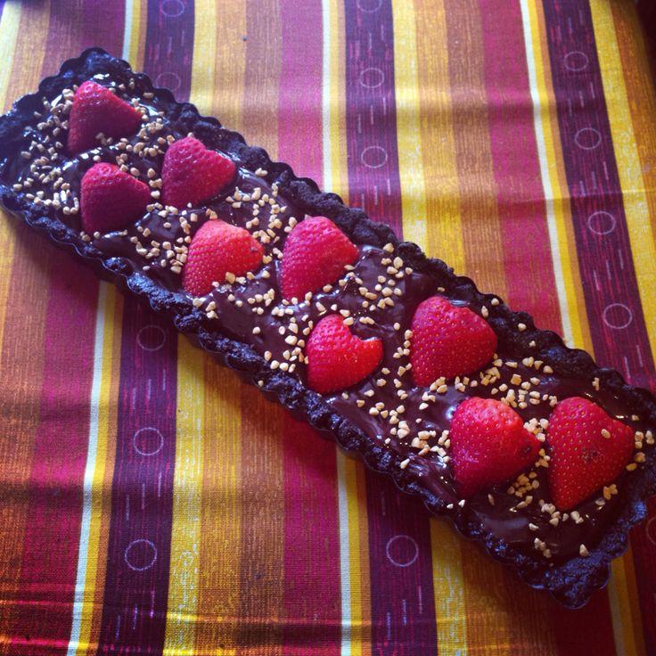 Crostata senza cottura con base di Oreo, ganache al cioccolato e fragole!