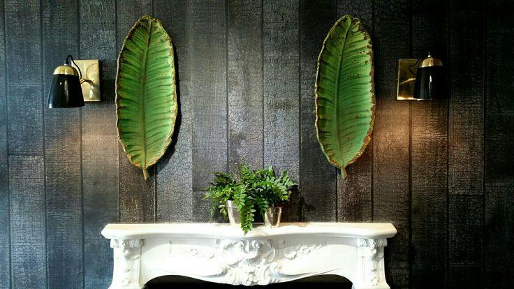 Banana leaf jako dekoracja na ścianie i patera na stole.