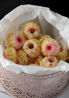 Zitronenjoghurt-Minigugl  Sehr lecker. Reicht für ca. 10 Stück Minigugelhupf in Muffinformgröße