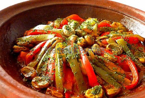 Recette de tajine aux légumes 2 carottes 2 pomme de terre 1 oignon une tomate une courgette un aubergine un oignon en rondelles un poivron vert un poivron rouge 200 gr de fèves fraiches 2 cas de persil haché 2 gousses d'ail écrasées un cube de bouillon saveur boeuf 1cac de curcuma 5 cas d'huile d'olive sel 1/2 cac de poivre 1/2 cac de gingembre 1/2 cac de paprika
