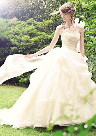 \あなたに似合う色はどれ?/同じ白でもニュアンスが違う!「ウェディングドレス」の色味の種類と特徴まとめ*にて紹介している画像
