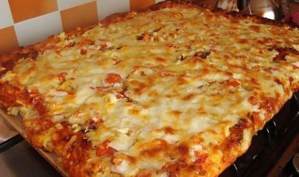 Приготовить пиццу можно быстро и просто. Продукты для этого потребуются самые бюджетные. Ужин получится на славу!
