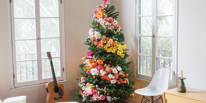 """もうすぐクリスマス。ツリーの飾りといえば専用のオーナメントや電球を使うのが一般的。 しかし今年、アメリカを中心に新たなトレンドが生まれているという。それは""""花""""でツリーを飾るというもの。 日本でも有名なライフコーディネーター、Martha Stewartもこうしたフローラルツリーを紹介している。 トレンドの火"""
