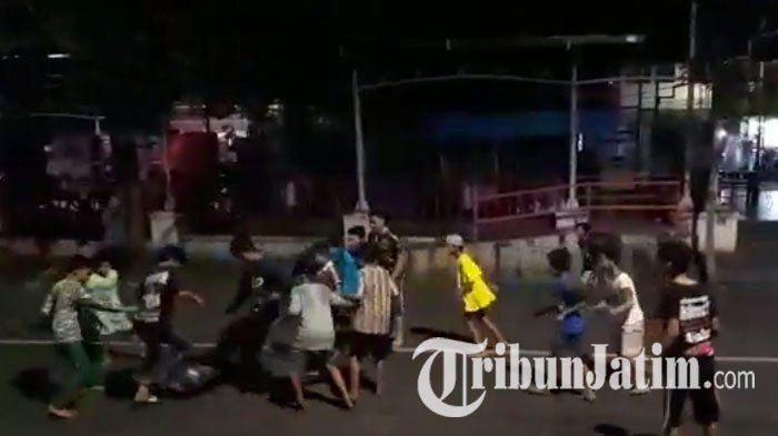 VIDEO : Lihat Anak-anak Sepak Bola di Tengah Jalan Raya, Lihat yang Dilakukan Kapolsek Semampir