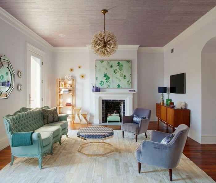 salones modernos, salon rustico en colores pastel, cuadro verde sobre chimenea, lámpara de araña