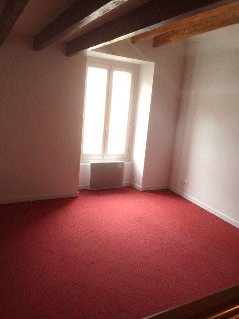 grande chambre à l'étage avec moquette rouge // TEXAS Bâtiment - texasbatiment@orange.fr - Tél 0622751527-0141810290