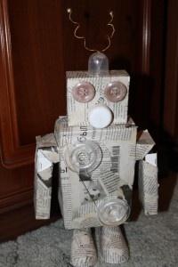 робот  http://mamdeti.ru/raznoe/prazdniki/kak-v-nashem-dome-poyavilsya-robot.htm