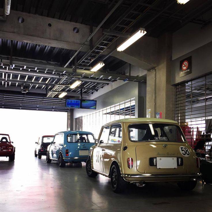 """oldmini106:  """"ナローなボディに10インチ❗️  格好良いですなー  自分のサーキット専用車をどうするか迷い中…  来年からSBoM参戦できたら良いなー(๑˃̵ᴗ˂̵)  #classicmini #classicminicooper #austinmini #morrismini #blmini #rovermini #クラシックミニ #ローバーミニ #オースチンミニ #モーリスミニ  #blミニ #lovecars #jpmini #32fes #fujispeedway #lovecars..."""