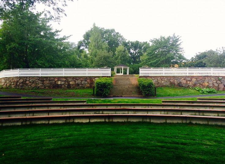 Långt räcke med vår S3-spjäla och hemmasnickrade spjälhållare/överliggare på Oskarshamns kyrkogård.