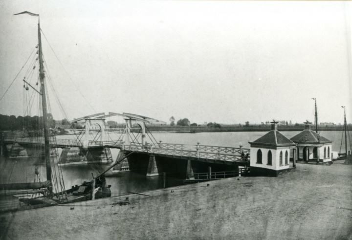 Kampen. Een oude brug met tolhuisjes in 1870. Afgebroken in 1872