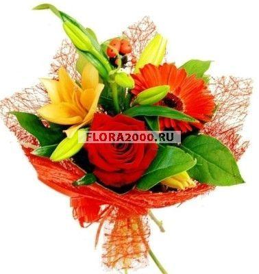 Смелый и оригинальный букет из трех крупных цветков розы, лилии и хризантемы в красно-желтой гамме подойдет в качестве подарка для такой же яркой и необычной девушки. Красивое оформление цветочной композиции добавляет ей еще больше привлекательности.